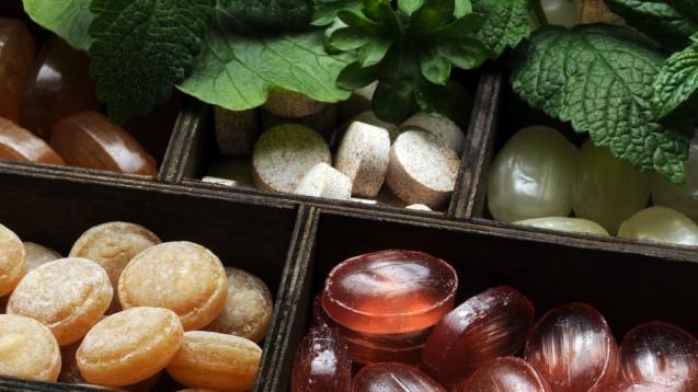 Bei einem trockenen Hals greifen viele zu Hustenbonbons. Es lohnt sich auch hier auf die Zuckerkomponenten zu achten. (Foto: Comugnero Silvana / stock.adobe.com)