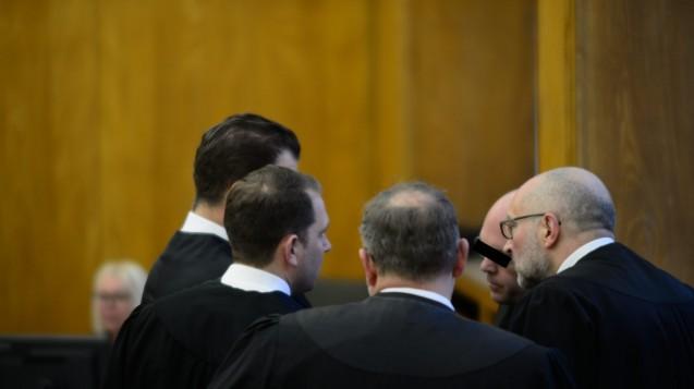 Der Bottroper Zyto-Apotheker Peter S. mit seinen vier Strafverteidigern am Landgericht Essen. (Foto: hfd / DAZ.online)