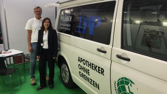 Angekommen: Der Bus von Apotheker ohne Grenzen hat es direkt aufs Expopharmgelände geschafft. Vorstandsmitglied Dr. Ralph Bültmann und Geschäftsführerin Eliette Fischbach sind mit der Bilanz der Sommertour zufrieden. (m / Foto: DAZ.online / bj)