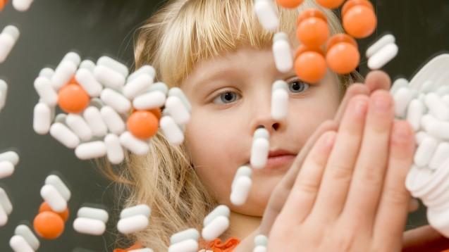 """""""Arzneimittel für Kinder unzugänglich aufbewahren"""" reicht nicht: Evidenzbasierte Dosisanpassungen und kindgerechte Darreichungsformen, sowie Daten zu Nebenwirkungen sind gefragt. ( r / Foto:nikolych / stock.adobe.com)"""