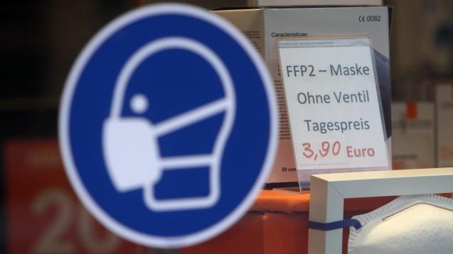 Die ersten Kunden fragen bereits in den Apotheken nach FFP2-Masken. (c / Foto: imago images / Ralph Peters)