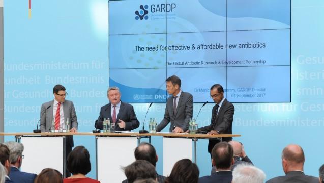 Verstärktes Engagement: Bundesgesundheitsminister Hermann Gröhe (2. von links) und das Forschungsministerium wollen 52,6 Millionen Euro mehr ausgeben für die Entwicklung neuer Antibiotika. (Foto: Schinkel/BMG)