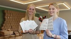 Die Studentinnen Martina Birnbaum (l.) und Marie Nagel haben 75.000 Broschüren verandfertig gemacht (Foto: AKWL).