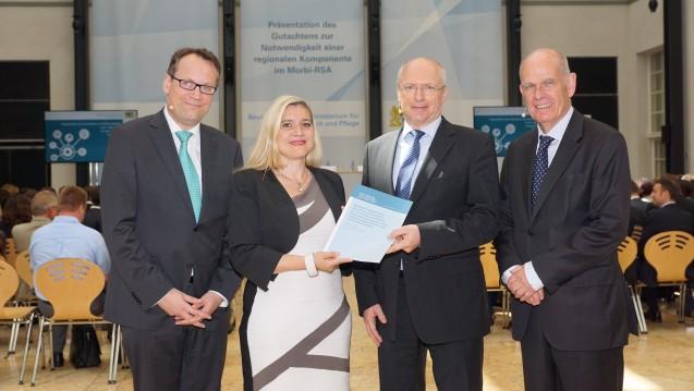 Neu berechnen: Bayerns Gesundheitsministerin Melanie Huml (2. von links) fordert mit den Professoren Gregor Thüsing, Eberhard Wille und Volker Ulrich mehr Gerechtigkeit bei der Kassenfinanzierung. (Foto: STMGP)