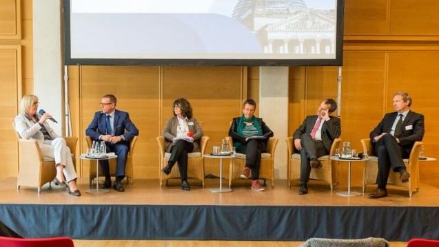 Geheime Preise: Beim BAH diskutierten Ulrike Elsner (vdek), Dr. Martin Weiser (BAH), Martina Stamm-Fibich (SPD), Michael Hennrich (CDU), Kathrin Vogler (Linke) und Philipp Huwe (AbbVie) über die Verraulichkeit von Arzneimittelpreisen. (Foto: BAH / Svea Pietschmann)