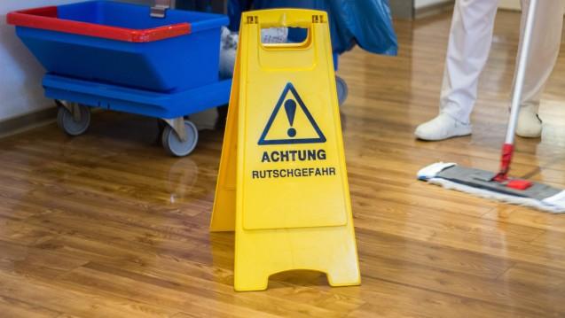Ein solches Schild muss eine Apotheke in ihrer Offizin nicht unbedingt aufstellen. Jedenfalls dann nicht, wenn die Witterung winterlich ist und die Auslagen nicht zu spannend sind. (Foto: Sir Oliver / Fotolia)