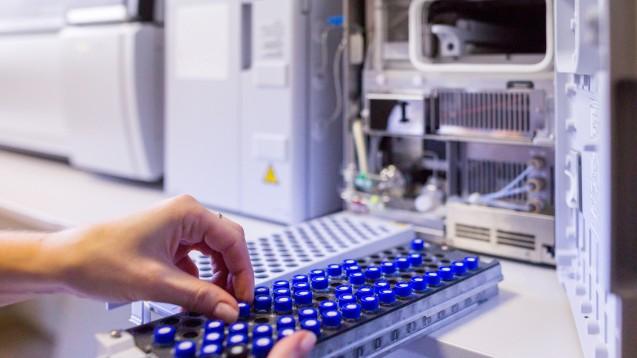 Die US-amerikanische Arzneimittelbehörde FDA verweist mittlerweile auf eine Testmethode, die Hersteller zum Nachweis von NDMA in Ranitidin anwenden sollen. Diese Methode verhindere, anders als bei Valisure, den Abbau von Ranitidin während der Analyse und somit auch die NDMA-Bildung. (b/Foto: Slavko Sereda / stock.adobe.com)