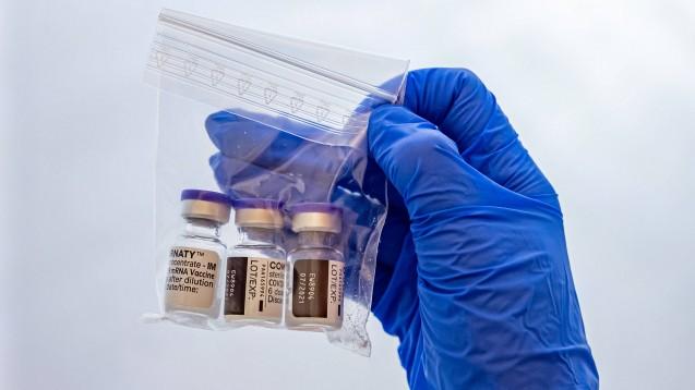 Welche Ärzte dürfen Apotheken mit COVID-19-Impfstoffen beliefern? (Foto: IMAGO / Beautiful Sports)
