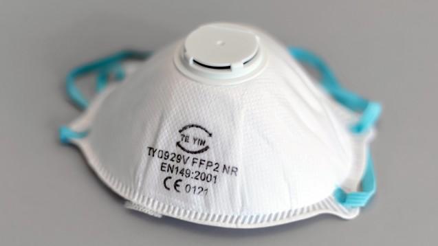Atemschutzmasken und andere Medizinprodukte werden durch die Ausbreitung des neuen Coronavirus knapp. Viele Firmen haben Probleme dem hohen Bedarf gerecht zu werden, dies zeigt eine Blitzumfrage des Bundesverbandes Medizintechnologie. ( r / Foto: imago images / Dirk Sattler)
