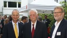 Beim Sommerfest im Hamburger Apothekergarten, von links: Friedemann Schmidt (ABDA-Präsident), Dr. Jörn Graue (Vorsitzender des Hamburger Apothekervereins), Kai-Peter Siemsen (Präsident der Apothekerkammer Hamburg). (Foto:tmb)