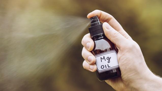 Präparate mit Magnesium zur transdermalen Anwendung können auf beanspruchte Haut vor und nach dem Sport aufgetragen werden. (x / Foto: FotoHelin / AdobeStock)