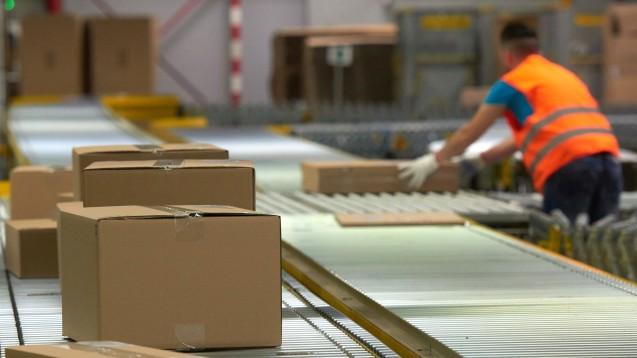 Arzneimittel auf dem Versand-Fließband? Der Versand-Gigant Amazon könnte in den USA schon bald selbst zur Apotheke werden. (Foto: dpa)