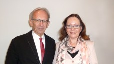DAZ-Herausgeber Peter Ditzel mit der TGL-Vorsitzenden Dr. Heidrun Hoch. (Foto: hb / DAZ)