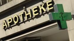 In der Schweiz wurde der Tarifvertrag für die Apotheker-Honorare verlängert. Aber welche Honorare für welche Leistungen erhalten die Apotheker? (Foto: imago images / Becker & Bredel)
