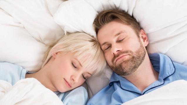 Männer mittleren Alters schlafen am wenigsten, Frauen durchschnittlich eine halbe Stunde länger. (Foto: Andrey Popov / Fotolia)