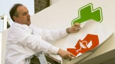 Lange, lange her ist es, dass Apotheker mit DocMorris kooperierten (Hier ein Bild einer Franchise-Apotheke). Nun könnte es aber wieder dazu kommen: Dem Unternehmen zufolge werden auch Vor-Ort-Apotheker am neuen E-Rezept-Projekt teilnehmen. (s / Foto: imago images / Sven Simon)
