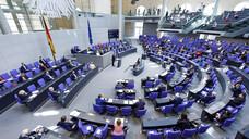 Heute kam der Deutsche Bundestag zum letzten Mal in dieser Legislaturperiode zusammen. Er beschloss unter anderem verschiedene Änderungen im Infektionsschutzgesetz. (c / Foto: IMAGO / Achille Abboud)