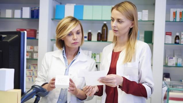 Wirkstoff nicht verfügbar? In diesem Fall dürfen Apotheker derzeit gegen ein pharmakologisch-therapeutisch vergleichbares Arzneimittel austauschen. Die AMK unterstützt sie dabei mit Äquivalenzdosistabellen. Neu hinzugekommen sind jetzt die Diuretika. (m / Foto: imago images / Westend61)