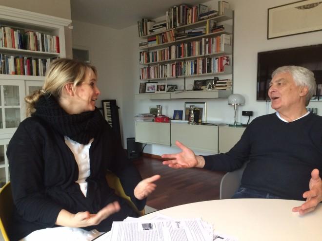 Apothekerin Julia Borsch und Gerd Glaeske im Gespräch.