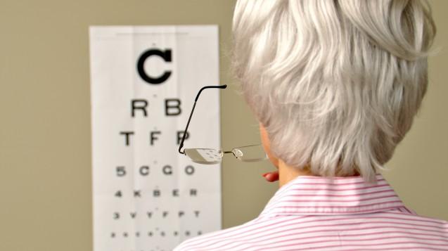 Von trockener AMD betroffene Menschen bemerken zuerst, dass sie gerade Linien verzerrt oder gewellt wahrnehmen. (Foto: Britta 60 / stock-adobe.com)