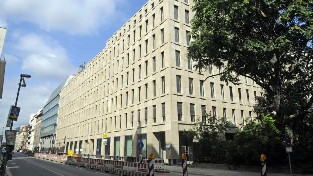 Der GKV-Spitzenverband (hier der Sitz des Verbandes in Berlin-Mitte) kämpft weiter für den Versandhandel und eine Deregulierung des Apothekenmarktes. (m / Foto: imago images / Popow)