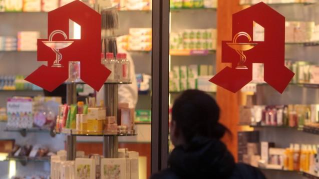 In Frankreich können Frauen, denen häusliche Gewalt droht, in Apotheken unter dem Codewort Maske 19 Hilfe erwarten. Die Grünen-Fraktion im bayerischen Landtag fordert dies nun auch für Bayern. ( r / Foto: imago images / Ralph Peters)