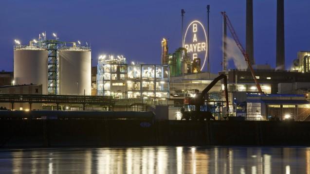 Der Pharmakonzern Bayer (hier eine Fabrik in Leverkusen) will bis 2030 klimaneutral funktionieren. (c / Foto: imago images / imagebroker)