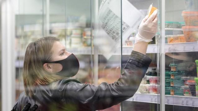 Viele Menschen nutzen Handschuhe im Alltag beim Einkaufen, um sich vor Corona zu schützen. Ist das sinnvoll? Schließlich passen Coronaviren selbst bei intakten Handschuhen durch die materialbedingten Poren. ( r / Foto: imago images / ITAR-TASS)