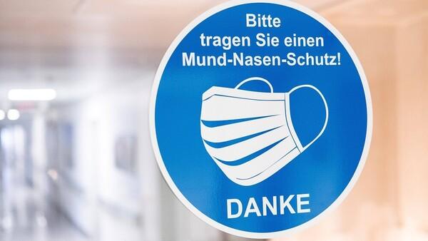 """""""Keine Maskenpflicht"""": Ärztin muss Plakat aus Praxis entfernen"""