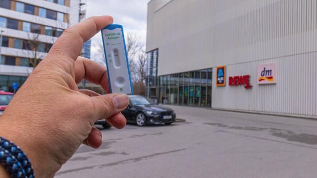 Aldi will am 6. März mit dem Schnelltestverkauf starten. Rewe und dm wollen folgen. (IMAGO / Christian Offenberg)