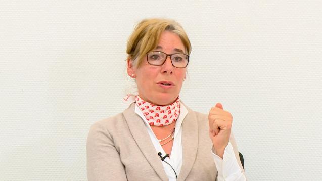 AKWL-Präsidentin Gabriele Regina Overwiening fordert die Politik auf, den Apotheken in Deutschland zu helfen. Für die Wirtschaftlichkeit der Betriebe müsse dringend etwas getan werden, sagte sie mit Blick auf die sinkende Zahl der Offizinen in Westfalen-Lippe. (s / Stream: AKWL / Screenshot: DAZ.online)