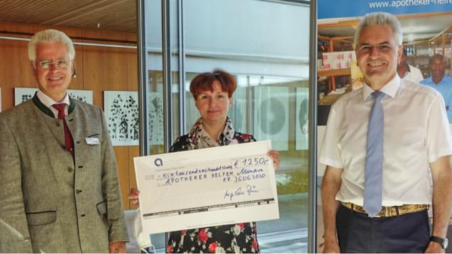 Apothekerin Elvira Fricke spendet 1.250 Euro für Apotheker Helfen. (c / Foto: Apotheker helfen)