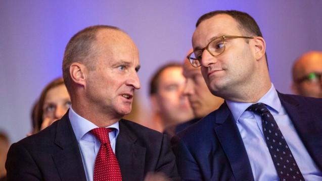 Bundesgesundheitsminister Jens Spahn (CDU) hat ABDA-Präsident Friedemann Schmidt wohl schon vor der Verbände-Anhörung am heutigen Donnerstag darüber informiert, dass die Rx-Preisbindung aus dem AMG gestrichen werden soll. (c / Foto: Schelbert, hier auf dem DAT 2018)