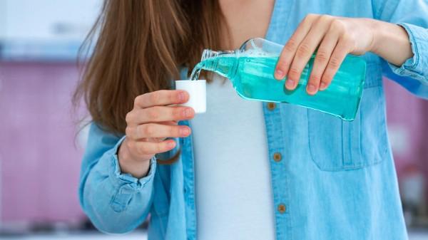 Könnten gängige Mundspülungen die SARS-CoV-2-Übertragung reduzieren?