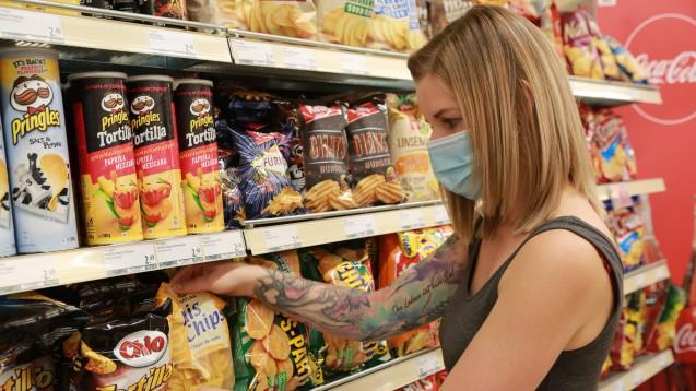 Die Gefahr, sich beim Einkauf mit dem neuartigen Coronavirus zu infizieren, schätzt das RKI derzeit als eher gering ein. (Foto: imago images / SKATA)