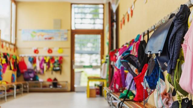 Wie steht es um die Kinderbetreuung in Zeiten der Corona-Pandemie? Lassen sich Apotheke und Kinder wieder besser unter einen Hut bringen? (Foto: annanahabed / stock.adobe.com)