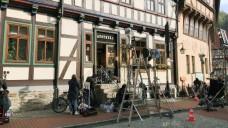 Die Stolberger Hirsch Apotheke war einen Tag lang Mittelpunkt in einem Filmdreh für eine ZDF-Komödie. ( r / Foto: Christian Reckziegel)