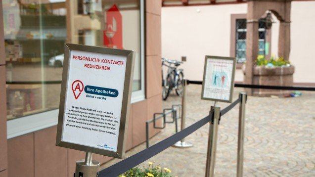 Wegen der Corona-Pandemie wurden nicht nur die persönlichen Kontakte zu den Kunden reduziert, sondern auch innerhalb des Apothekenteams. (c / Foto: Schelbert)