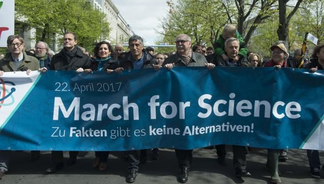 In Berlin demonstrierte Otmar Wiestler, Präsident der Helmholtz-Gemeinschaft (links) mit OberbürgermeisterMichael Müller, Fernsehmoderator Ranga Yogeshwar (Mitte links) und Max-Planck-PräsidentMartin Stratmann (Mitte rechts). (Foto:Bernd Wannenmacher,CC-BY-4.0)