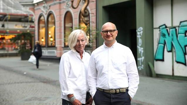 Die WhistleblowerMaria-Elisabeth Klein und Martin Porwoll vor der Zyto-Apotheke in Bottrop. (Foto: Correctiv.Ruhr)