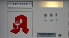 Befinden sich Apotheker:innen während des Dienstes nicht in der Apotheke, ist vor allem wichtig, dass sie jederzeit erreichbar sind. Dazu wird beispielsweise häufig die Notdienstklingel/Sprechanlage mit dem (Mobil-)Telefon des notdiensthabenden Approbierten gekoppelt. (Foto: IMAGO / Müller-Stauffenberg)