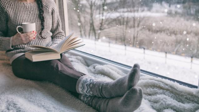 Nehmen Sie über die Feiertage auch gern ein Buch zu Hand? Vielleicht interessiert Sie eines der von uns vorgestellten Prosastücke über Apotheker:innen. (Foto: NinaMalyna / stock.dobe.com)