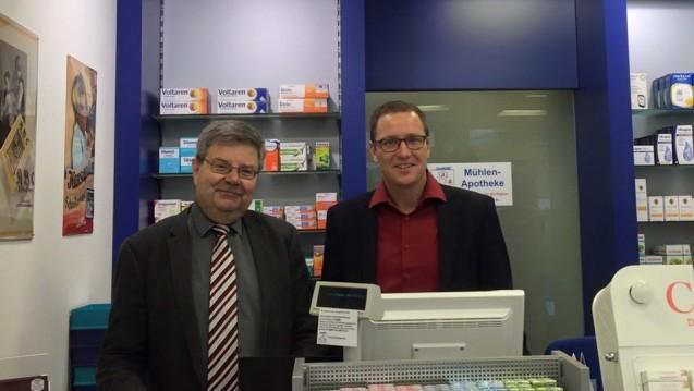 Apotheker Wolfram Schmidt und MdB Roy Kühne beim Sonntags-Notdienst in der Apotheke. (Foto: Roy Kühne)