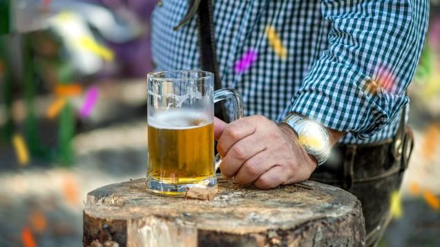 Alkoholkonsum soll oft übersehen werden, obwohl die alkoholische Lebererkrankung die häufigste Lebererkrankung ist und Alkohol den Medikamentenstoffwechsel nachhaltig beeinflussen kann. (Foto: Sonja Birkelbach / stock.adobe.com)
