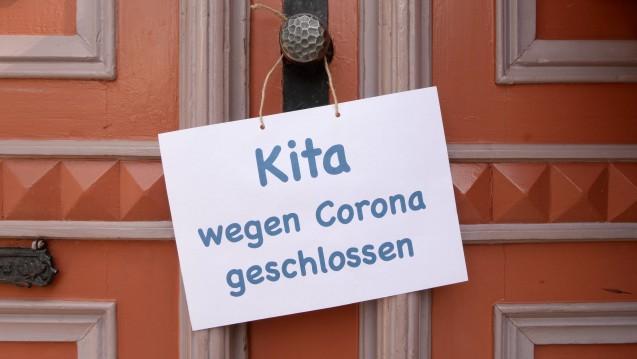 Geschlossene Kitas und Schulen wegen des sich ausbreitenden Coronavirus finden nur 69 Prozent der Menschen in Deutschland noch angemessen, fand das Bundesinstitut für Risikobewertung heraus. ( r / Foto: imago images/Petra Schneider)
