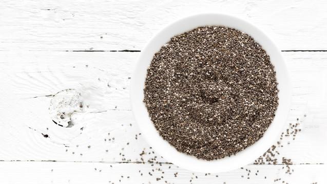 """Das Chia-Marketing nutzt Begriffe wie """"Wunderwaffe"""", """"Gesundheitsallrounder"""" oder """"Nährstoffwunder"""". Dabei ist lediglich erlaubt, mit dem hohen Ballaststoff-Gehalt von Chia-Samen zu werben.(Foto: Sea Wave / stock.adobe.com)"""
