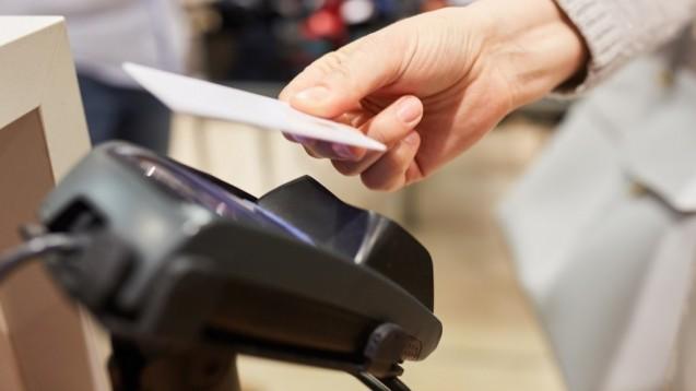 Fast alle Kredit- und Girokarten erlauben kontaktloses Bezahlen. (c / Foto: Robert Kneschke/stock.adobe.com)