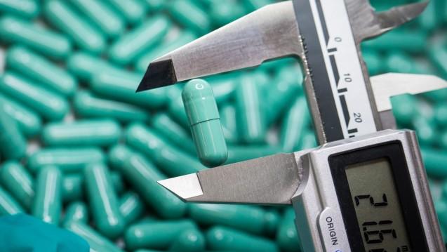 Eine Mitarbeiterin überprüft die Produktion von Kapseln bei der Firma Stada. (Foto: Frank Rumpenhorst / dpa)