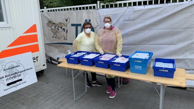 Die Gütersloher Apothekerinnen Susanne Gehring(l.) und Claudia Scherrer versorgten am vergangenen Wochenende SARS-CoV-2-Infizierte auf dem Tönnies-Werksgelände mit den nötigsten Arzneimitteln. (Foto: AKWL)