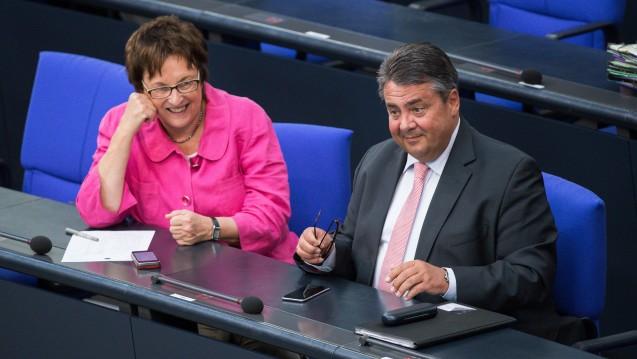 Übergabe im Wirtschaftsministerium: Sigmar Gabriel wird Außenminister und übergibt das BMWi an Brigitte Zypries. (Foto: dpa)